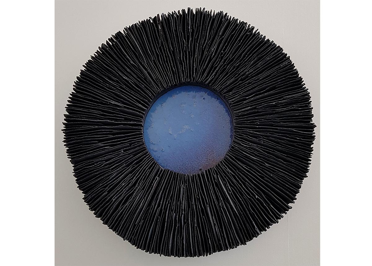 Hanna Järlehed Hyving, Black Radiance 61 cm i diameter. 12 cm hög. Reduktionsbränd svart stengodslera. Transparent lergodsglasyr.