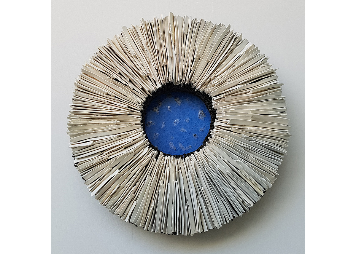 Hanna Järlehed Hyving, Blue Center 48 cm i diameter. 12 cm hög. Reduktionsbränd porslins och svart stengodslera. Transparent lergodsglasyr.